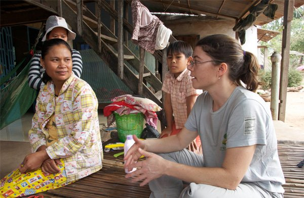 Alice Hartley (MBA) '12 learns about the need for biogas from a family in Kien Svay. Photo: Carolina Kaelin
