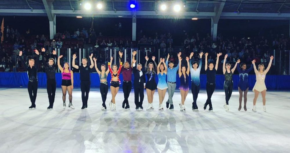 The cast on the ice taking final bows and waving to the audience.