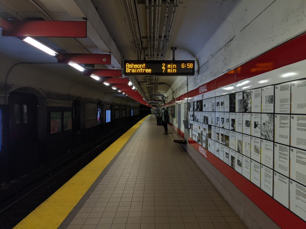 picture of kendall square station, next to the inbound tracks
